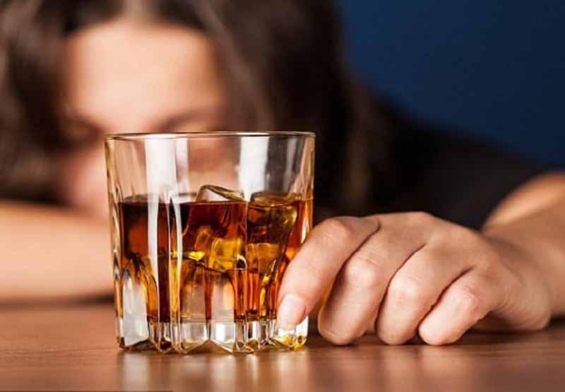 Tham khảo ý kiến bác sĩ về việc dùng chung thuốc với rượu bia
