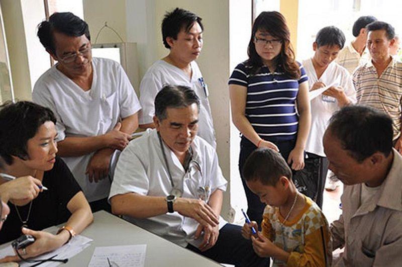 Bác sĩ Ngô Văn Toàn khám chữa thiện nguyện ở vùng cao cùng CLB Sala