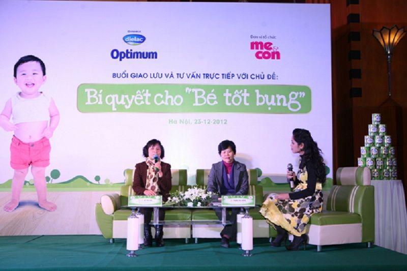 Bác sĩ Phan Thị Hiền (ở giữa) tham gia giao lưu chia sẻ kiến thức chăm sóc sức khỏe tiêu hóa cho trẻ nhỏ