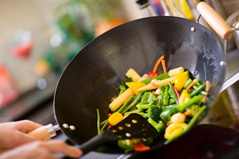 Bạn cần đảm bảo ăn chín uống sôi để tránh bị bị ngộ độc thực phẩm