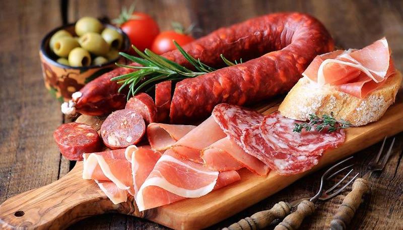 Có thai tuần đầu nên kiêng gì: Mẹ hạn chế ăn thịt chế biến sẵn