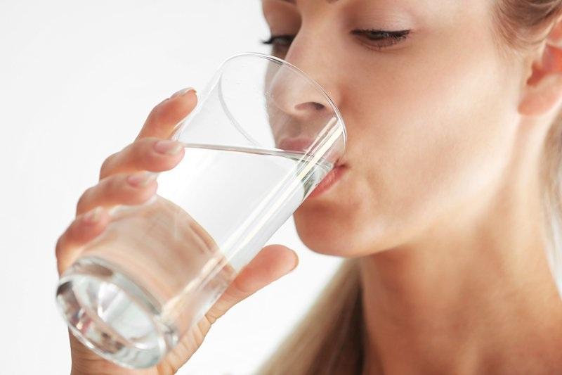 Uống đủ nước giúp nâng cao khả năng đào thải vi khuẩn ra ngoài thông qua đường nước tiểu