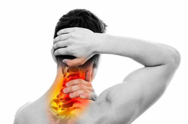 Đau nhức vùng cơ dây chằng bên phải là biểu hiện thường thấy
