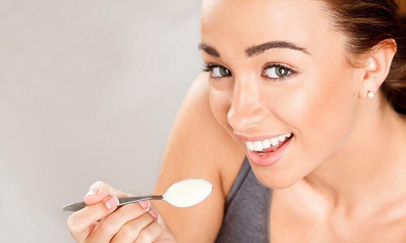 Ăn sữa chua trực tiếp cũng là một cách trị nấm âm đạo khá tốt