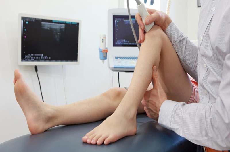 Bác sĩ chẩn đoán viêm khớp gối
