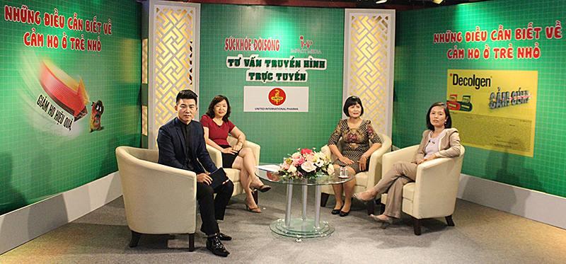 Bác sĩ Lê Thị Hồng Hạnh (áo đỏ) tham gia tư vấn trực tiếp trên kênh Sức khỏe và Đời sống