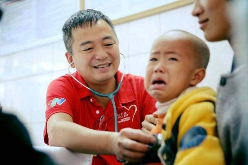 Bác sĩ Nguyễn Lân Hiếu hạnh phúc khi chữa trị cho trẻ em trong chương trình Trái tim cho em
