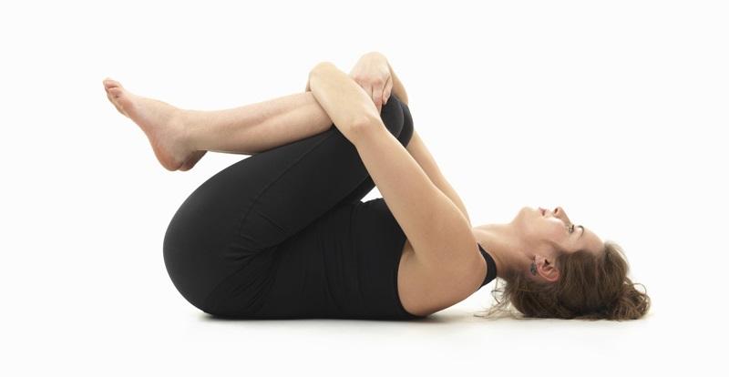 Bài tập gập chân co giãn cơ lưng