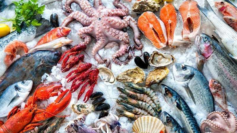 Bị mề đay nên kiêng ăn hải sản và thức ăn giàu protein