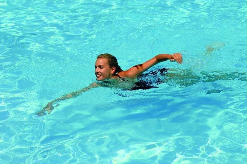 Bơi lội là môn thể thao phù hợp cho người bị gai cột sống