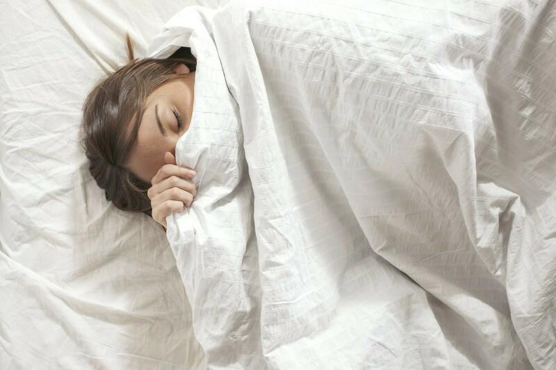 Đắp chung chăn với người bị bệnh cũng khiến mụn cóc lây lan nhanh chóng