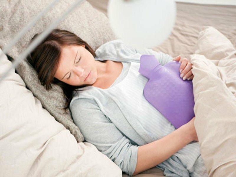 Để giảm đau bụng có thể đặt túi nước ấm trên bụng