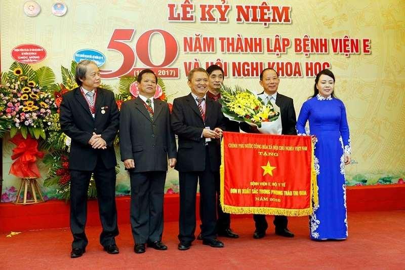 GS.TS Lê Ngọc Thành thay mặt bệnh viện E nhận cờ thi đua của Chính phủ trao tặng