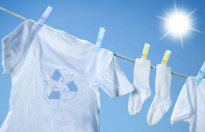 Giặt sạch, phơi khô quần áo với ánh nắng tự nhiên tránh nấm mốc