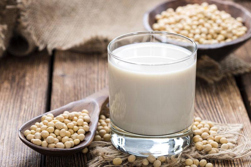 Mang thai tháng đầu nên uống sữa gì? - Một cốc sữa đậu nành sẽ rất tốt cho mẹ