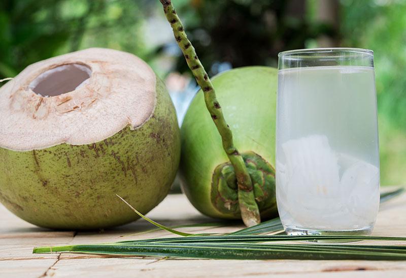 Mang thai tháng thứ 4 có nên uống nước dừa không là thắc mắc của nhiều mẹ