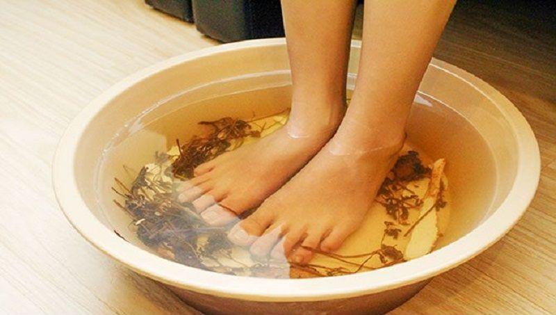 Ngâm chân là một cách trị bệnh gout bằng lá rau tía tô hiệu quả