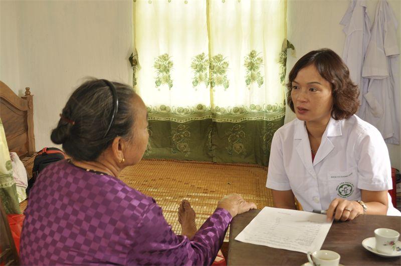 PGS.TS Nguyễn Mai Hồng thăm khám cho người cao tuổi