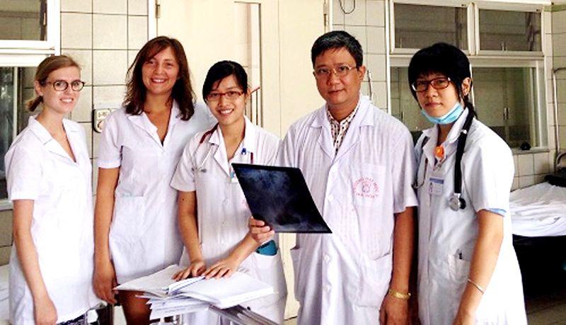 Phó giáo sư Nguyễn Vĩnh Ngọc giảng bài cho sinh viên Pháp tại Bệnh viện Bạch Mai