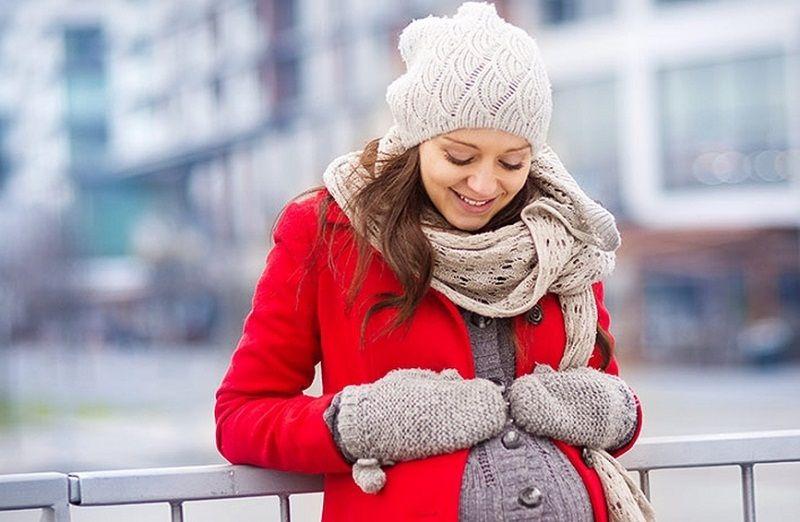 Phụ nữ có thai nên giữ ấm cơ thể khi trời lạnh để phòng tránh nổi mề đay