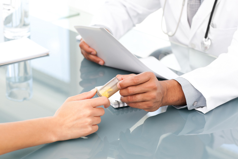 Sau khi kiểm tra sức khỏe, bác sĩ sẽ cho mẹ uống viên thuốc phá thai đầu tiên