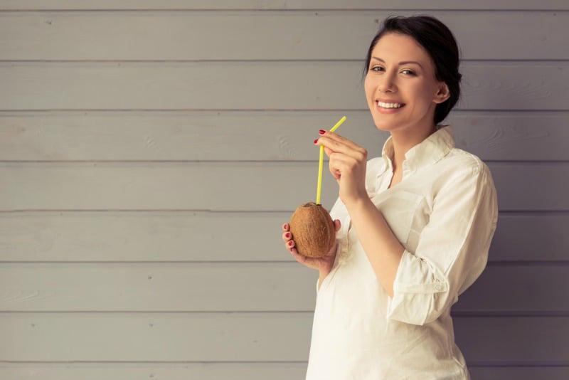 Sau tháng thứ 3 của thai kỳ, mẹ bầu có thể uống nước dừa
