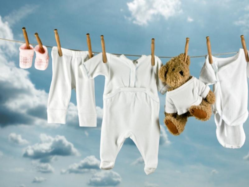 Cần giặt, phơi khô quần áo trẻ thường xuyên tránh ẩm mốc