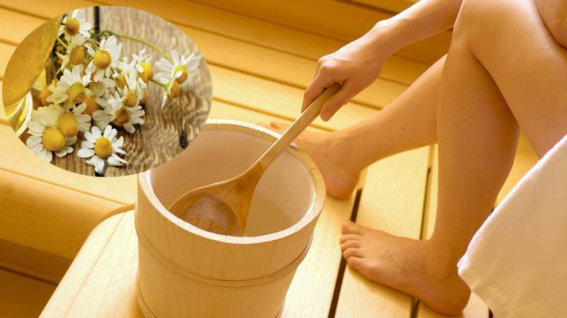 Xông hơi vùng kín cũng là một cách chữa nấm phụ khoa bằng hoa cúc phổ biến
