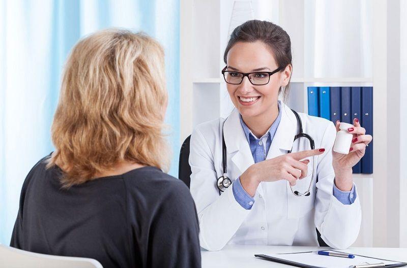 Bệnh nhân cần dùng thuốc chữa mề đay mãn tính theo chỉ đinh của bác sĩ để đảm bảo an toàn
