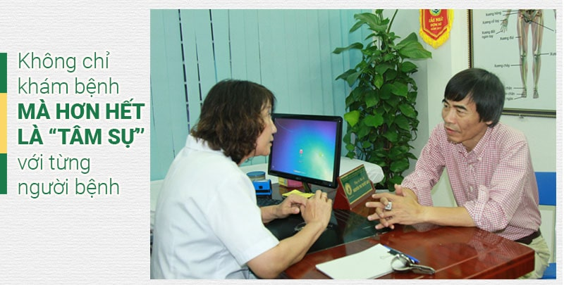 Bác sĩ thuốc dân tộc khám cho tiến sĩ Lê Thẩm Dương