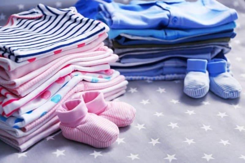 Chuẩn bị đồ đi sinh cho bé gồm quần áo, bao tay, khăn,...