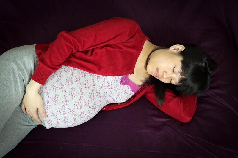 Khi ngủ mẹ bầu nên nằm nghiêng