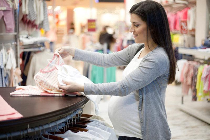Mang thai 7 tháng, mẹ nên bắt đầu đi sắm đồ cho bé