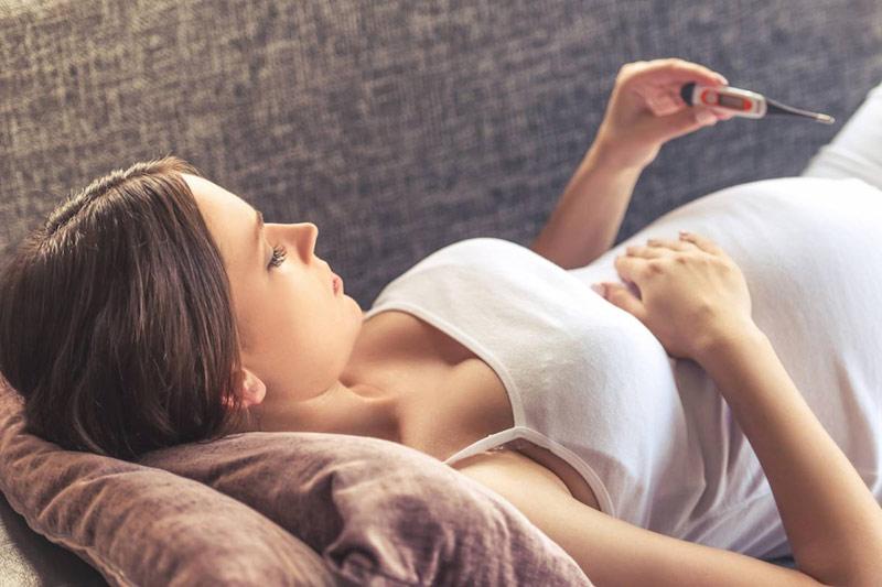 Mẹ nên theo dõi nhiệt kế thường xuyên nếu mang thai tháng thứ 8 bị sốt