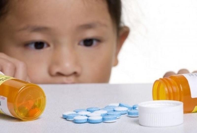 Nên để thuốc tránh xa tầm tay của trẻ em