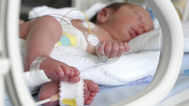 Trẻ sinh non ở tuần 35 có thể cần sử dụng thiết bị hỗ trợ