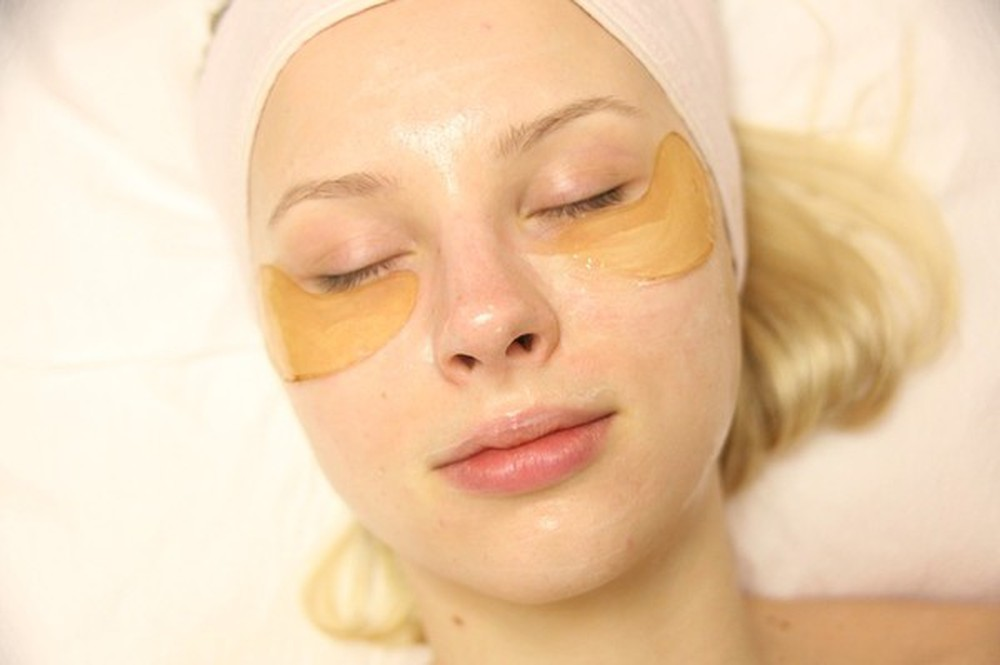 Bột nghệ giúp giảm quầng thâm mắt