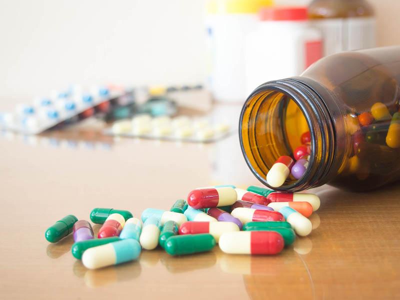 Cho bác sĩ biết về các loại thuốc mà người bệnh đang hoặc sắp sử dụng