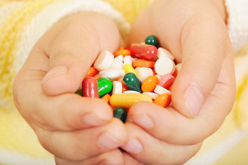 Liệt kê đầy đủ cho bác sĩ biết về các loại thuốc mà người bệnh đang hoặc sắp dùng