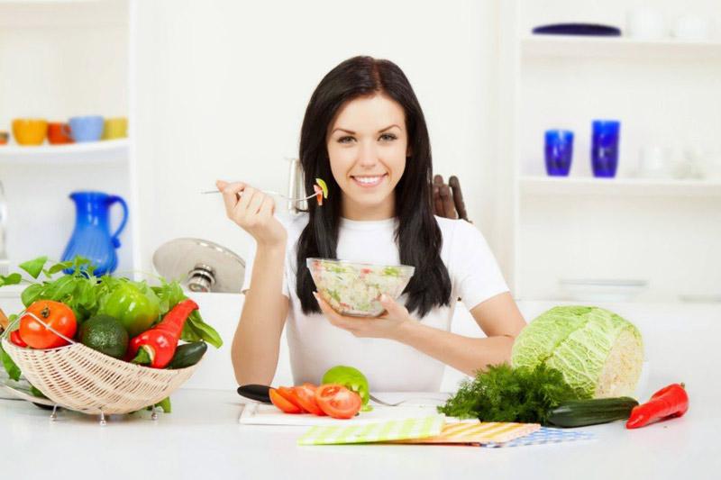 Mẹ cần ăn đủ chất và thường xuyên thay đổi chế độ ăn để không bị ngán