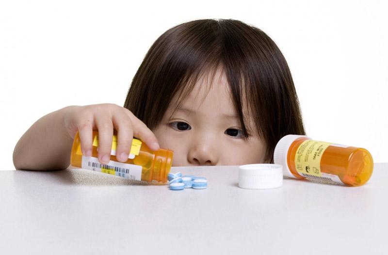 Nên để thuốc tránh xa tầm tay của trẻ nhỏ