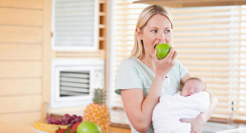 Phụ nữ sau sinh có được ăn táo không?