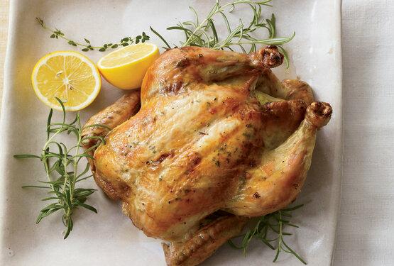 Phụ nữ sau sinh có nên ăn thịt gà?