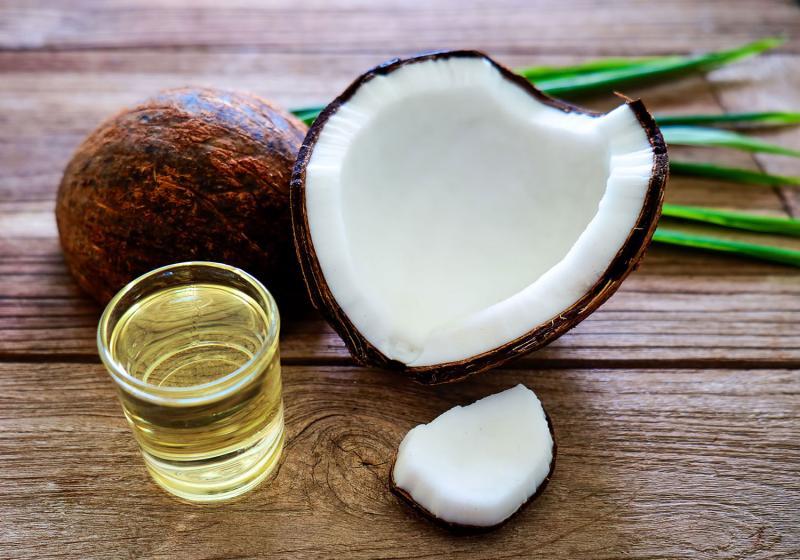 Chăm sóc da mặt sau sinh bằng dầu dừa giúp dưỡng ẩm da