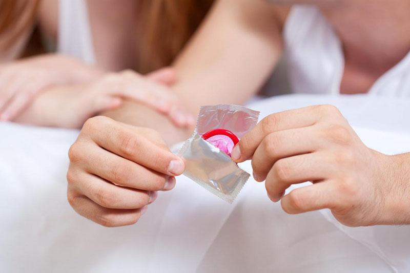 Nam giới nên sử dụng bao cao su mỗi lần quan hệ để đảm bảo an toàn