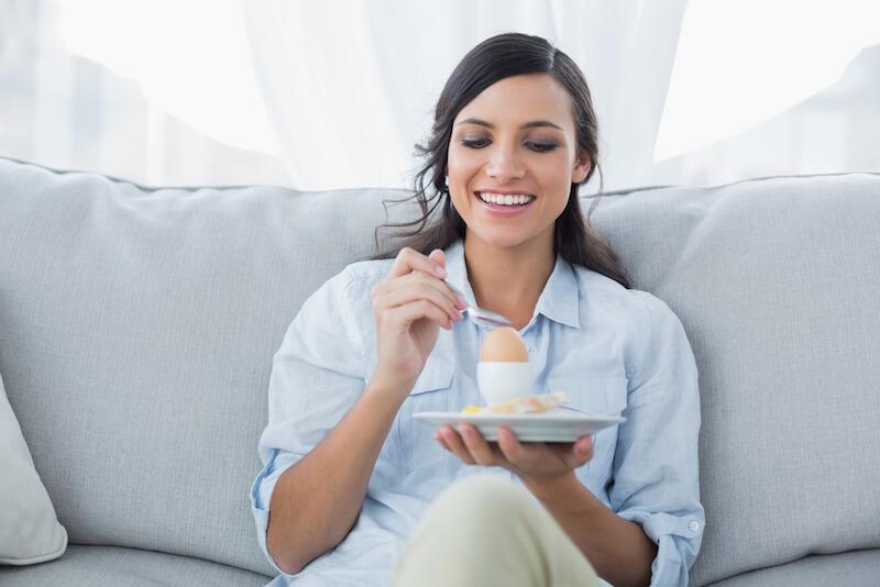 Sau sinh ăn trứng vịt lộn có được không?