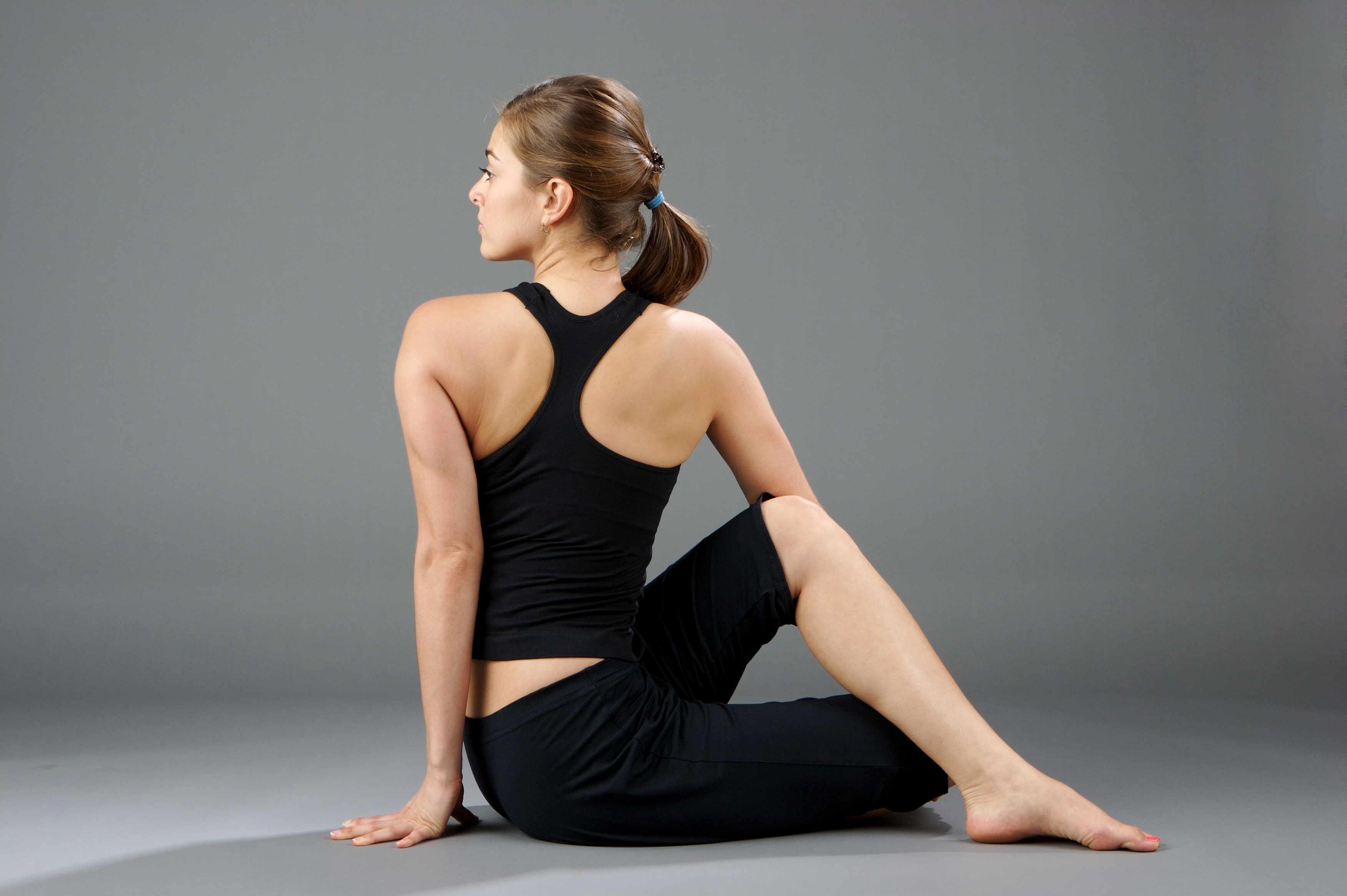 Tư thế vặn mình là một tư thế yoga sau inh mổ cho các mẹ