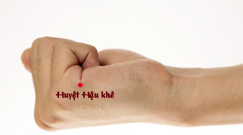 Bấm huyệt Hậu khê là cách bấm huyệt chữa thoái hóa đốt sống cổ khá hiệu quả