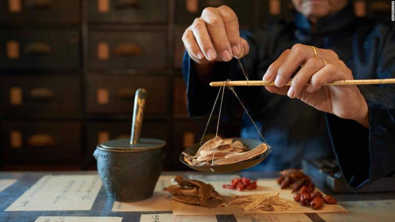 Chữa thoái hóa đốt sống cổ bằng Đông y là phương pháp khá an toàn