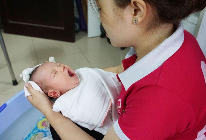 Dịch vụ tắm bé và chăm sóc mẹ sau sinh
